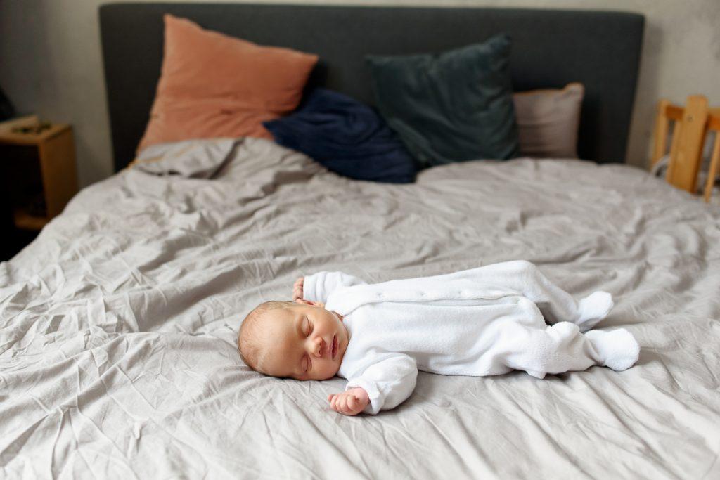 zdjecie noworodka na lozku