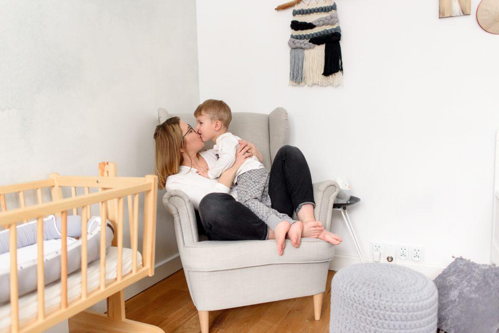 portret mamy z synkiem w fotelu